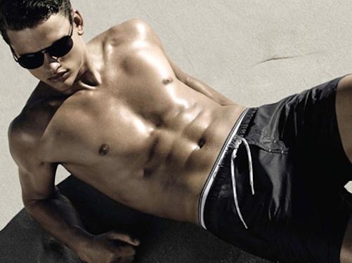 homme-plage-bronzer-bronzage-solaire-blog-beaute-soin-parfum
